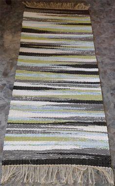 Otroligt snygg trasmatta i svart, grönt, blått, grått och vitt på tradera Navajo Weaving, Weaving Art, Loom Weaving, Hand Weaving, Weaving Designs, Weaving Projects, Weaving Patterns, Homemade Rugs, Weaving Textiles