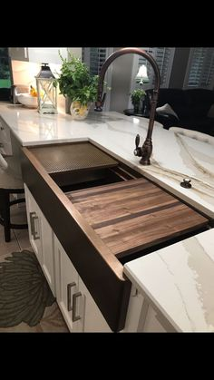 Latest Photo copper Farmhouse Sink Style Being from Ireland and having included the beautiful Belfast farmhouse sink in many traditional coun Stainless Steel Farmhouse Sink, Copper Farmhouse Sinks, Farmhouse Sink Kitchen, New Kitchen, Farmhouse Style, Kitchen Ideas, Farmhouse Plans, Farmhouse Design, Kitchen Reno