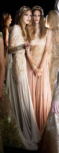 Backstage do desfile Elie Saab Haute Couture na Fashion Week 2015-2016: renda, bordados, galas graciosas, lindos vestidos perfeitos para noivas.