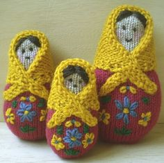Russian Dolls by Frankie Brown These three little dolls are between 8 and 11 cm tall. They are knitted flat in one piece with the shawls being sewn on afterwards. Decorate them traditionally as I have done or as the fancy takes you. Knitting Patterns Free, Free Knitting, Free Pattern, Crochet Patterns, Knitting Toys, Knitted Dolls, Crochet Dolls, Knit Crochet, Knitting Projects