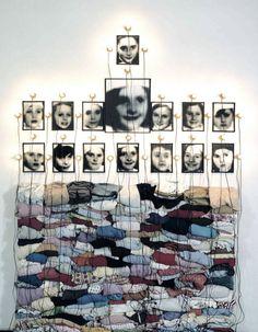 Fotografía de instalación de fotografías encontradas y que se encuentran objetos de Christian Boltanski