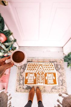 DIY Anthopologie Inspired Gingerbread House Doormat - at home with Ashley Country Christmas Decorations, Farmhouse Christmas Decor, Christmas Tree Themes, Xmas Decorations, Holiday Decor, Christmas Traditions, Christmas Ideas, Merry Little Christmas, Christmas Home