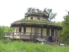 Living Off the Grid in a Grass House http://thenaturallivingsite.com/blog/2010/11/living-off-the-grid-in-a-grass-house/