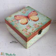 Pillangós doboz ékszereknek, kincseknek, recepteknek, teafiltereknek, varrósnak (NikoLizaDekor) - Meska.hu Decorative Boxes, Diy, Home Decor, Homemade Home Decor, Bricolage, Do It Yourself, Decoration Home, Decorative Storage Boxes, Fai Da Te