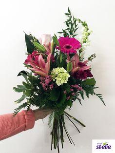Joli bouquet de fleurs aux teintes de rose pour une naissance, avec lys, gerbera, rose, une création de Fleuriste St-Élie. Gerbera, Decoration, Floral Wreath, Wreaths, Bouquets, Flowers, Inspiration, Home Decor, Gardens
