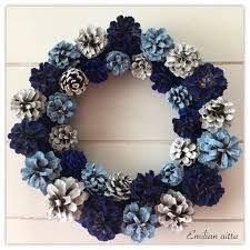 Käpy on käypänen luonnonvärisenä, mutta kunniaksi hyväksyn tämän värityksen. Christmas Time, Christmas Wreaths, Christmas Crafts, Christmas Decorations, Diy And Crafts, Arts And Crafts, Pine Cone Crafts, Handmade Decorations, Diy Wreath