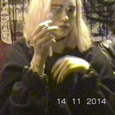 Find images and videos about girl, grunge and vhs on We Heart It - the app to get lost in what you love. Grunge Goth, Mode Grunge, Estilo Grunge, Bad Girl Aesthetic, Aesthetic Grunge, Aesthetic Photo, Aesthetic Pictures, Emo, Malboro