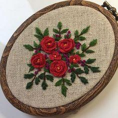 #刺繍  #手仕事  #ハンドメイド  #壁掛け Floral Embroidery Patterns, Embroidery Motifs, Diy Embroidery, Embroidery Designs, Brazilian Embroidery, Diy Projects To Try, Applique, Handmade Jewelry, Quilts