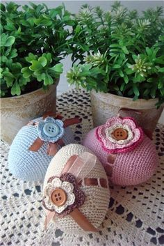 crochet decoration on Easter eggs - delicate & beautiful Crochet Easter, Easter Crochet Patterns, Holiday Crochet, Crochet Gifts, Knitting Patterns, Easter Projects, Easter Crafts, Diy Ostern, Crochet Home Decor