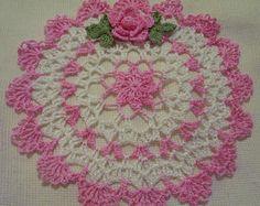 mano de ganchillo tapete teñido de rosa y blanco hecho a mano