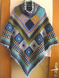 Made by Aleinung: Poncho Nr. Poncho Crochet, Diy Crochet And Knitting, Crochet Shawls And Wraps, Crochet Scarves, Crochet Clothes, Granny Square Häkelanleitung, Granny Square Crochet Pattern, Shawl Patterns, Crochet Patterns