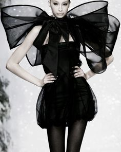 agirlandherpearls: Tie it in a Bow on Tuesday. I think this would be a little hard to pull off, but Fun on the runway. Couture Fashion, Runway Fashion, High Fashion, Womens Fashion, Fashion Black, Fashion Art, Style Fashion, Glamour, Wearing Black