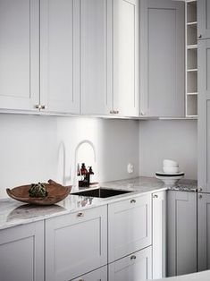 Grey kitchen ideas brings an excellent breakthrough idea in designing our kitchen. Grey kitchen color will make our kitchen look expensive and luxury. Kitchen Decor, Kitchen Inspirations, Kitchen Dining, Small Kitchen, Home Kitchens, Kitchen Design, White Kitchen Taps, Kitchen Remodel, Kitchen Dining Room