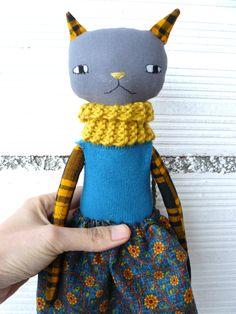 Muñeca gata de lino y algodón con bufanda tejida a mano. de AntonAntonThings en Etsy
