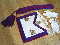 FINE VINTAGE MASONIC ROYAL ARCH BOXED REGALIA/LAMBSKIN APRON WITH SASH & GLOVES