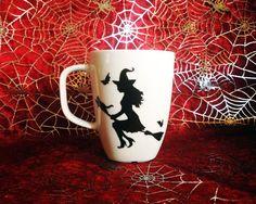 Taza pintada a mano bruja volando en escoba por WitchDreams en Etsy