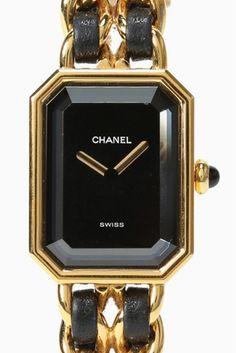 CHANEL Premiere  CHANEL Premiere 162000 人気の高いCHANEL Premiareをご紹介いたします 独自のデザインと伝統を受け継いだ事で生まれた シャネルの代表的な時計Premiere(プルミエール) シャネルの象徴的な香水N5のボトルのシルエットと ヴァンドーム広場の幾何学的なスタイルが融合したモデルは シャネルのアイコン的存在です!! アクセサリーのようなデザインがとても可愛く ギフトとしても大変人気がある一品です デイリー使いはもちろんドレスアップしたいときにも 素敵な腕元を演出してくれます ゴールドカラーとブラックの組み合わせがクラシックでおしゃれな逸品です パーティーシーンにアクセサリー兼腕時計として デニムなどのカジュアルスタイリングのアクセントとして 春のスタイリングのお供に是非お早めにお求めください HIROBでの1年間の保証がついています オーバーホール済みの商品です ムーブメント電池式 素材ゴールドメッキレザー USEDの為細かい小傷がある場合がございますあらかじめご了承下さいませ…
