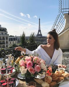 Un matin de rêve. One morning's dream in Paris - schöne Orte - Rich Hotel Plaza, Torre Eiffel Paris, Luxury Lifestyle Women, Belle Villa, Paris Ville, Luxe Life, Dream Vacations, Summer Vacations, Vacation Travel