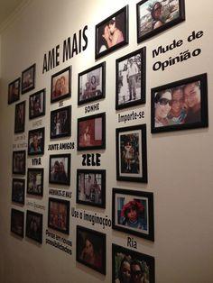 Mural de fotos em corredor! AMAMOS! * DIY - Mural de fotos - Blog Pitacos e Achados - Acesse: https://pitacoseachados.com – https://www.facebook.com/pitacoseachados – https://www.tsu.co/blogpitacoseachados - https://plus.google.com/+PitacosAchados-dicas-e-pitacos http://pitacoseachadosblog.tumblr.com #pitacoseachados