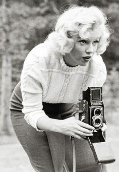 Marilyn Monroe making pins::