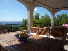 Desayunar en la terraza de esta casa de Cala Viñas #Mallorca es la mejor forma de empezar bien el día! Vistas a la playa, tranquilidad y vacaciones a tu aire con http://intercambiocasas.com  #baleares