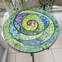 Linda mesa de mosaico! Me encantei por este espiral, e pelo material utilizado! #mosaico #mosaic #espiral