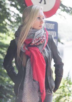 Shanna - Home Glam Rock, Mode Style, Look Fashion, Kids And Parenting, Plaid Scarf, Bandana, Raincoat, Chic, Bonnets