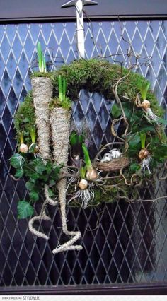 paaskrans The idea of using a cone for a bulb! Deco Floral, Arte Floral, Xmas Wreaths, Easter Wreaths, Floral Wreaths, Christmas Diy, Christmas Decorations, Fleurs Diy, Deco Nature