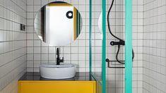 Nada incomoda tanto como esos baños pequeños en los que no hay espacio para nada. Con estos consejos no aumentarás su tamaño pero, desde luego, lo parecerá. Ikea, Sink, Home Decor, Mirrored Wardrobe, Flush Toilet, Timber Frames, Bathroom Sinks, Sink Tops, Vessel Sink