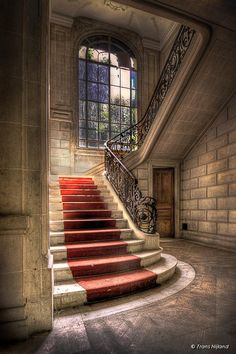 Beautiful staircase in an abandoned French castle. Gorgeous Abandoned Home Abandoned Buildings, Abandoned Castles, Old Buildings, Abandoned Places, Old Mansions, Abandoned Mansions, Beautiful Buildings, Beautiful Homes, Mansion Homes