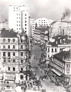 Calea Victoriei - foto Nicolae Ionescu Dupa 1933 (ziarul tempo a aparut in perioada Old Pictures, Old Photos, Capital Of Romania, First Color Photograph, The Longest Journey, Bucharest Romania, Old City, Time Travel, Beautiful Places