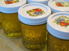 Most recipes for garlic infused olive oil warn not to store a homemade infusion in the fridge for longer than a week. Use commercially peeled and sanitized garlic to avoid food poisoning. Flavored Oils, Infused Oils, Freezing Garlic, Fructose Free Recipes, Garlic Infused Olive Oil, Fructose Malabsorption, Canned Food Storage, Pasta, Fodmap Recipes