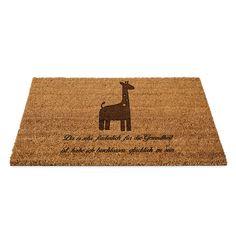 Kokos Fußmatte Giraffe aus Fussmatte Kokos  Natur - Das Original von Mr. & Mrs. Panda.  Eine wunderschöne Kokos Fussmatte  aus dem Hause Mr. & Mrs. Panda - Die Fussmatte wird sehr aufwendig graviert. Dieses besondere Fertigunsverfahren mit Naturmaterialien wurde von uns entwickelt und ist einzigartig.    Über unser Motiv Giraffe  Rekord: Giraffen sind die höchsten landlebenden Tiere der Welt. Männchen können bis zu 6 Meter hoch werden. Giraffen leben in Freiheit in der afrikanischen Savanne…