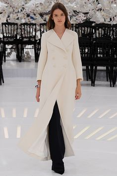 2014 F/W Haute Couture Christian Dior l White color coat Christian Dior Resort 2014 - Runway Photos - Fashion Week - Runway, Fashion Shows and Collections - Vogue - Vogue