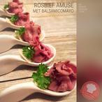 Feestelijke amuse met rosbief!  (rosbief, rucola sla, kappertjes, balsamico mayonaise, Parmezaanse kaas snippers, verse peterselie)