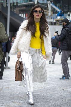 Os looks coloridos e com perfume retrô do primeiro dia da semana de moda de Milão, embalados pela apresentação da Gucci na última quarta (25.02) continuaram a enfeitar as ruas próximas aos desfiles da fashion week no segundo dia do evento, nesta quinta (26). O frio - menos rigoroso do que o de Londres - traz um desfile de casacos coloridos. Os acessórios são marcantes, também com cor e humor. Veja na galeria de fotos as produções e acessórios dos dois primeiros dias do street style milanês.