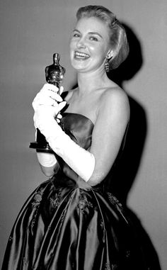 Joanne Woodward from 50 Years of Oscar Dresses: Best Actress Winners From 1954 - 2014 Emerald Green Gown, Yellow Gown, Academy Award Winners, Oscar Winners, Academy Awards, Classic Hollywood, Old Hollywood, Vestidos Oscar, Paul Newman Joanne Woodward