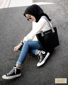 Pin Image by Memes Homorious Modern Hijab Fashion, Modest Fashion Hijab, Street Hijab Fashion, Casual Hijab Outfit, Hijab Fashion Inspiration, Muslim Fashion, Look Fashion, Hijab Jeans, Ootd Hijab