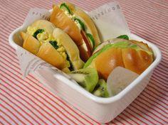お弁当 *ロールパンサンド(ほうれん草のスクランブルエッグ、ハム、トマト、きゅうり、アボカド) *キウイ