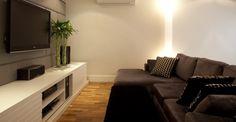Usando cores escuras e claras na decoração da sala de televisão