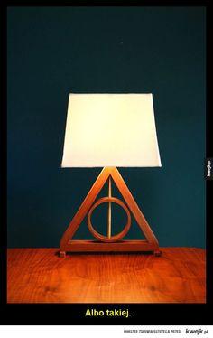 W jaki sposób urządzić pokój w stylu Harry'ego Pottera - Zacznij od lampy. Najlepiej takiej. Nie zapomnij o odpowiednim włączniku do światła.  Zadbaj o to, by czarodzieje odwiedzający pokój wiedzieli do kogo przychodzą.  Następnie przyozdób pokój latającymi kluczami.  Pamiętaj o odpowiedniej tapecie na ścianę al