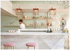 Bar de sobremesas | Espaço moderno com decoração clean com muito cobre, madeira tipo pinus, mármore e candy colors: menta + rose
