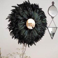 Make this chic wall decor with a juju hat AND a sun mirror! (in French) Diy Mirrored Furniture, Diy Furniture, Diy Wall Decor, Boho Decor, Sombreros Juju, Sun Mirror, Spiegel Design, Mirror Crafts, Feather Wall Art