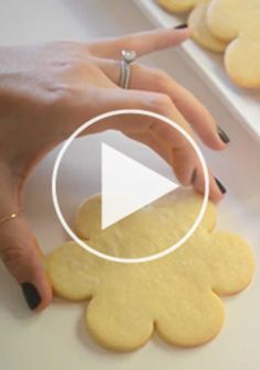 sugar cookies and royal icing (christmas cookie icing tutorials) Sugar Cookie Royal Icing, Best Sugar Cookie Recipe, Best Sugar Cookies, Cookie Recipes, Frosted Sugar Cookies, Decorated Sugar Cookies, Royal Icing Piping, Flower Sugar Cookies, Sugar Icing