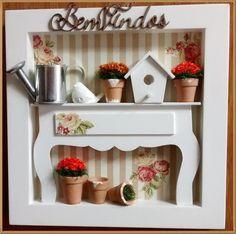 Encantador quadro cenario confeccionado em mdf, pintura <br>branca, fundo em decoupage compapel listrado em tons bege <br>e flores, aparador em mdf, vasinhos em cerâmica, com florzi <br>nhas secas casinha de passarinho em mdf, regadorzinho em <br>aluminio, passarinho em resina. Ideal para decorar sua varanda, hall, jardim, com graça e delicadeza! <br>*Exclusividade Atelier By Dreams*