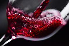 Além de delicioso, o vinho tinto é um grande aliado da nossa saúde. Ele possui inúmeros benefícios e previne doenças. Veja alguns exemplos. #eusemfronteiras #vinho #benefícios