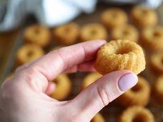 Minikokoiset Vaniljakuivakakut | Annin Uunissa Doughnut, Bread, Baking, Desserts, Food, Mini, Tailgate Desserts, Deserts, Brot