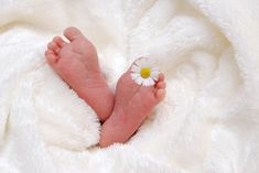 There are delayed cord clamping benefits that your baby NEEDS. If your doctor is eager to get this birth over with your baby is LOSING those benefits and increasing the risk of other harms. Breastfeeding Benefits, Best Baby Blankets, Natural Fertility, Newborn Baby Photography, Baby Birth, Newborn Outfits, Baby Feet, Baby Grows, First Time Moms