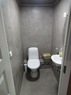 Mikrosementti Cement Render, Toilet, Concrete, House, Bathroom Ideas, Surface, Luxury Decor, Bathrooms, Flush Toilet