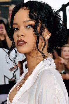 Low Curly Knot from Rihanna Rihanna's low messy knot is completed with cute face framing waves. It looks like the hair you pin up before to get into the shower. The effortless sexy updo in the tendencies of bedhead hairstyles flatters Rihanna incredibly. Mode Rihanna, Rihanna Riri, Rihanna Style, Rihanna Face, Rihanna Thick, Rihanna 2014, Rihanna Fenty Beauty, Rihanna Hairstyles, Black Women Hairstyles